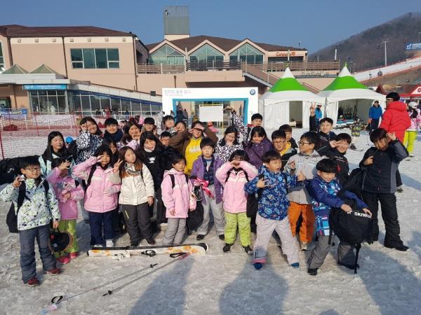 와! 겨울방학 이다. 겨울캠프로 스키가 최고예요. 스키 타러가요