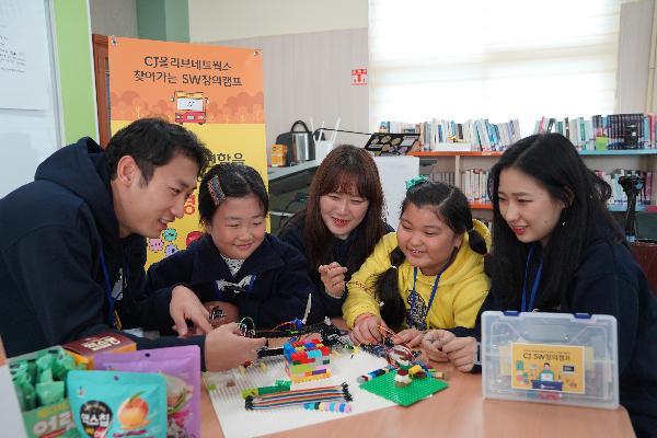 CJ올리브네트웍스의 임직원들이 여학생들과 프로그램 진행 중